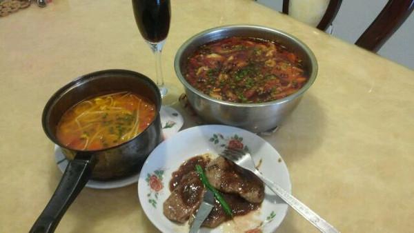 一个人在家没事鼓捣点好吃的,红酒牛排混搭水煮鱼和素三鲜,吃完长肉图片