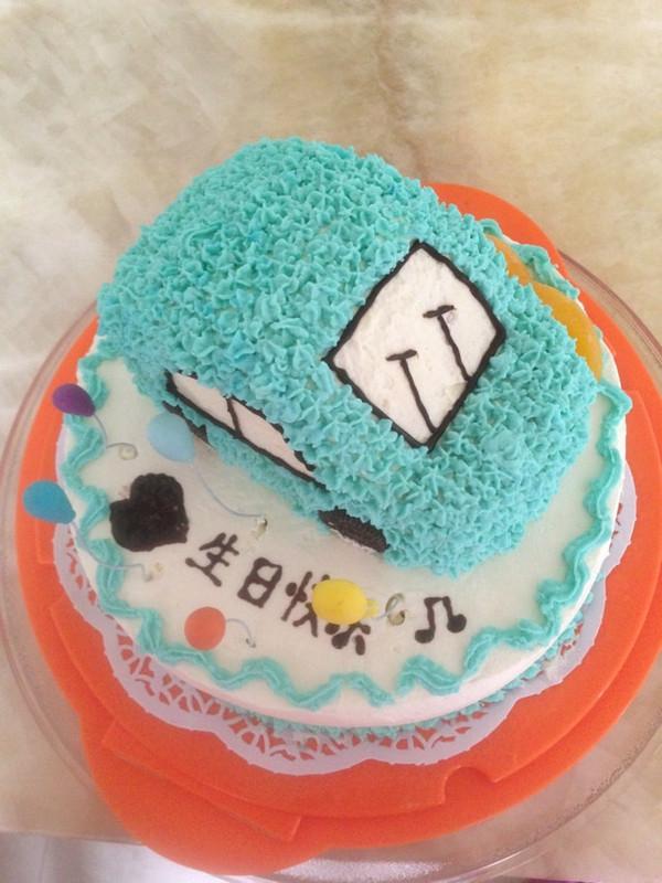 合合美美做的可爱的小汽车生日蛋糕儿的做法