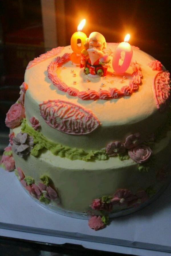 上面一层是7寸原味海绵蛋糕加淡奶油抹面,奶油霜裱花图片