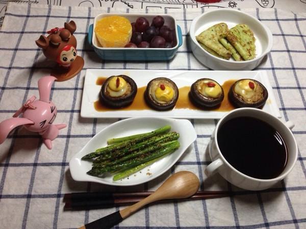 五月26日周一早餐,红豆粥,西葫芦煎饼,香菇肉末蒸鹌鹑蛋,黑椒芦笋