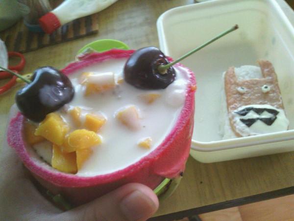 敏镐欧巴做的创意火龙果酸奶沙拉船图片