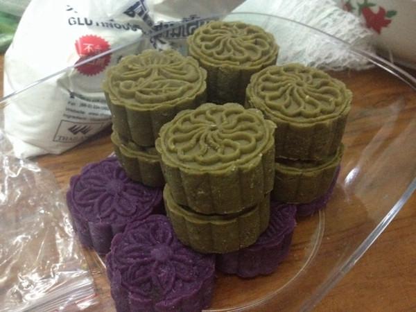 带花朵和叶子的是紫薯馅的绿豆糕~紫色的是紫薯糕,纯紫薯压制而成