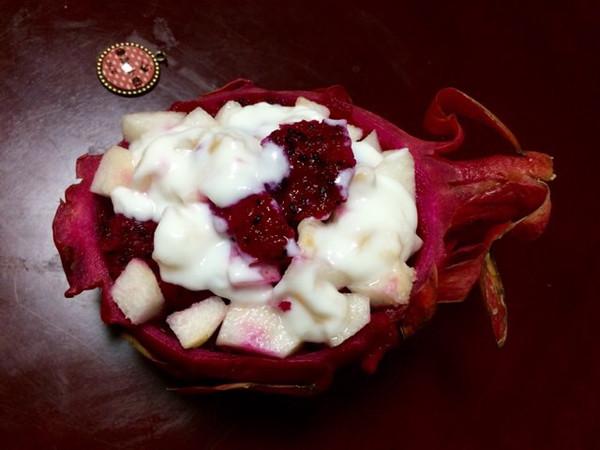 尹金珠的创意火龙果酸奶沙拉船图片