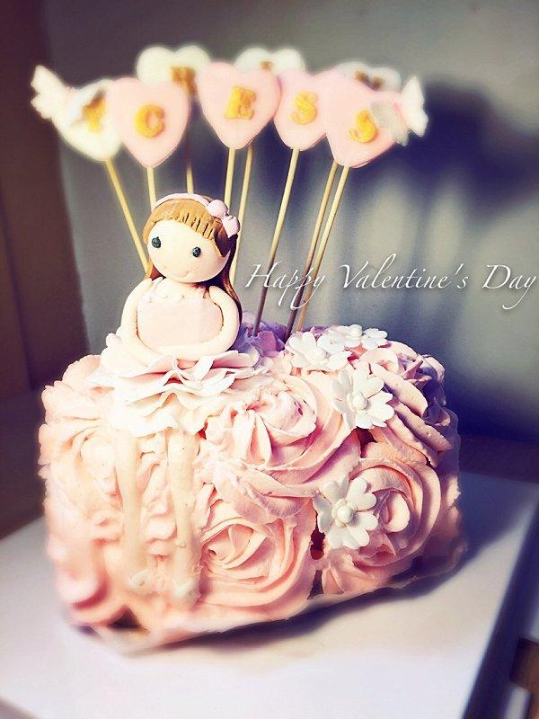 亲手制作美丽的玫瑰花朵配上翻糖小人蛋糕