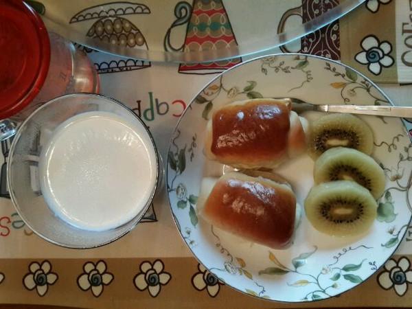 今天的早餐比较简单,一杯牛奶,一个猕猴桃,俩葡萄干面包卷.