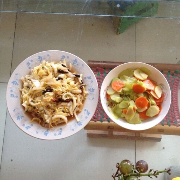 叶子766做的酸辣白菜和清炒胡萝卜佛手瓜的做法
