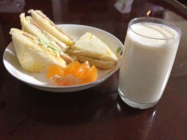 早餐吃两片没有配料的三明治,中午正常吃七八分饱,晚餐苹果,可以减肥